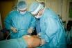 Артур Рыбакин выполняет забор жира из проблемных мест пациентки