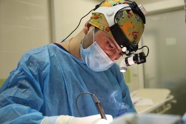 Пластический хирург Карен Пайтян выполняет операцию