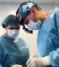 Пластический хирург Павел Куприн оперирует